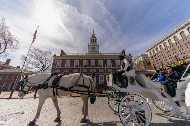 Undefined horse rider for tourist riding in front of independence hall Premium Photo