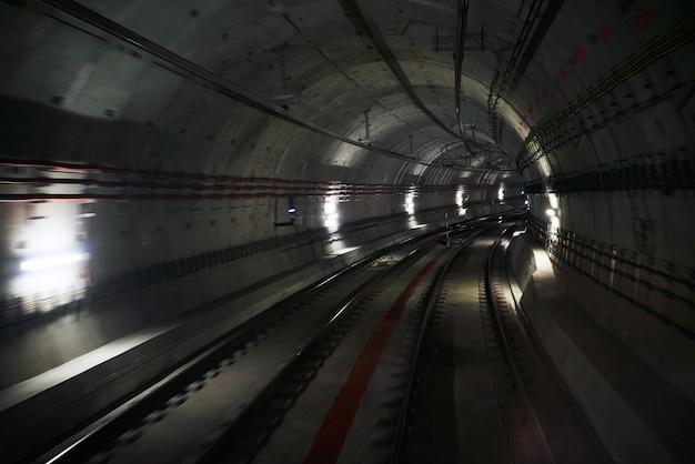 Tunnell sotterraneo con due tracce Foto Gratuite