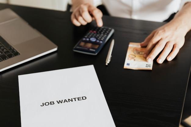 Безработный мужчина рассчитывает свой долг во время пандемии covid-19 Бесплатные Фотографии