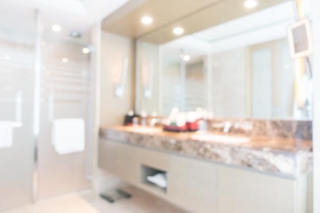Bagno unfocused con un grande specchio Foto Gratuite