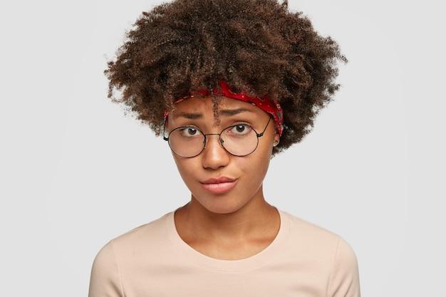 Несчастная темнокожая девушка смотрит с недовольным расстроенным выражением лица, хмурится, чувствует себя расстроенной Бесплатные Фотографии