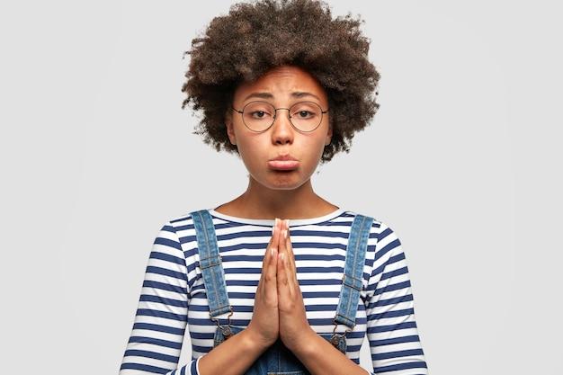 不幸な憂鬱なアフリカ系アメリカ人の女性が何か望ましいものを求めている 無料写真