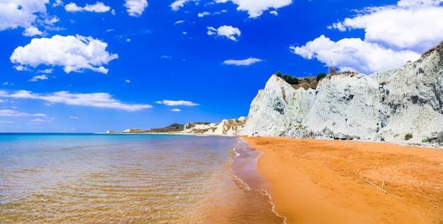 ギリシャ、ケファロニア島(ケファロニア島)のオレンジ色の砂浜のユニークな美しい西ビーチ Premium写真