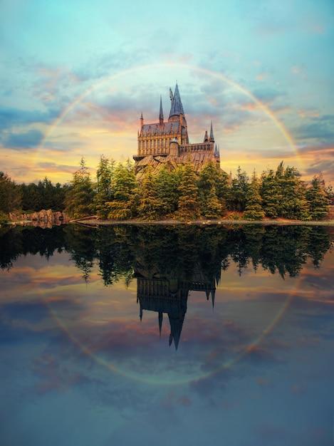 Замок хогвартс в universal studio japan с впечатляющим небом и радугой Premium Фотографии