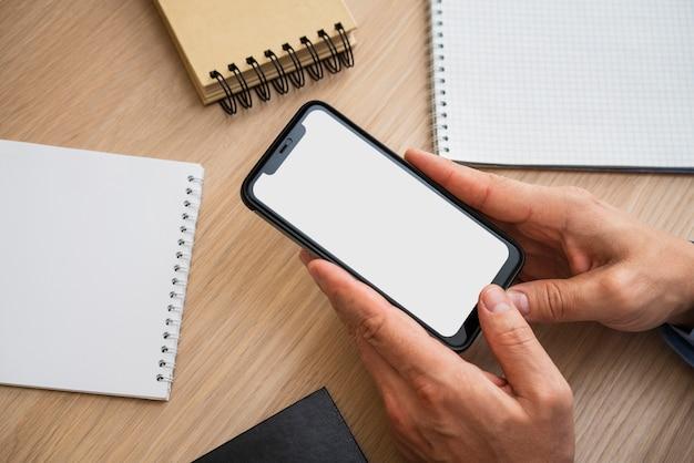 Неузнаваемый мужчина держит пустой телефон Бесплатные Фотографии