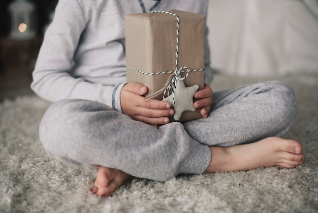 До неузнаваемости мальчик держит подарочную коробку Бесплатные Фотографии