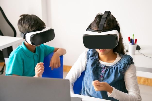 게임을하고 Vr 헤드셋을 사용하는 인식 할 수없는 어린이 무료 사진