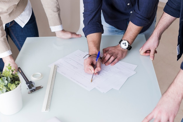 Unrecognizable men discussing papers Free Photo