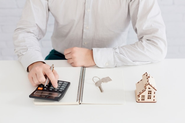Unrecognizable realtorcounting in office Free Photo
