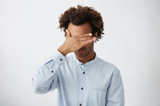 Facepalmジェスチャーを作る乱れた髪の認識できない無精ひげを生やしたアフリカ系アメリカ人の男 無料写真