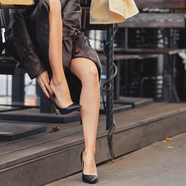 Девушка снимает туфли на работе сколько может заработать промо модель