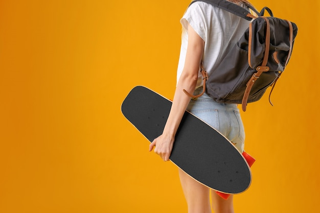 Неузнаваемая женщина со скейтбордом Premium Фотографии