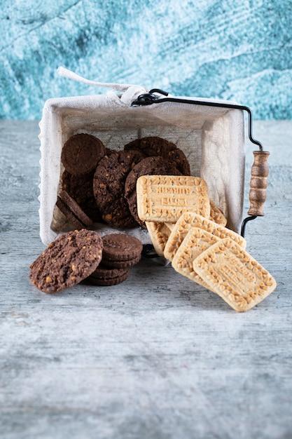 バスケットに無塩バターとココアクッキー 無料写真
