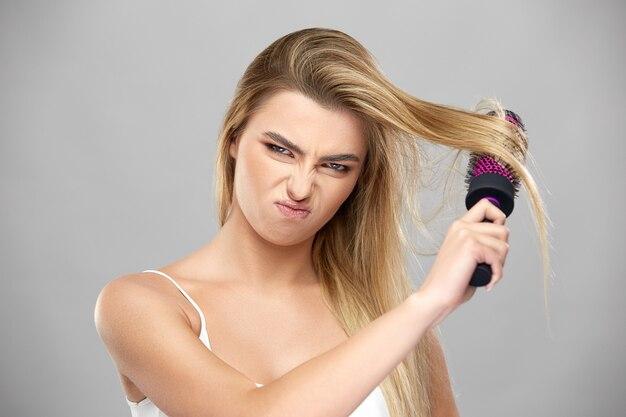 Раздетая девица с каштановыми волосами