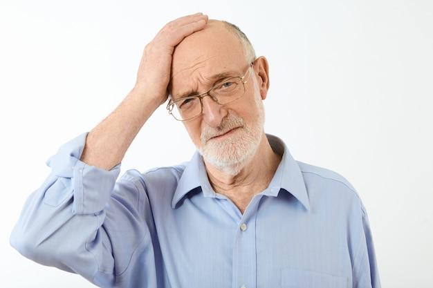 끔찍한 두통이나 편두통을 가진 직사각형 안경과 공식적인 셔츠에 형태가 이루어지지 않은 수석 사업가, 고통스러운 표정으로 업무 문제로 인해 스트레스 무료 사진