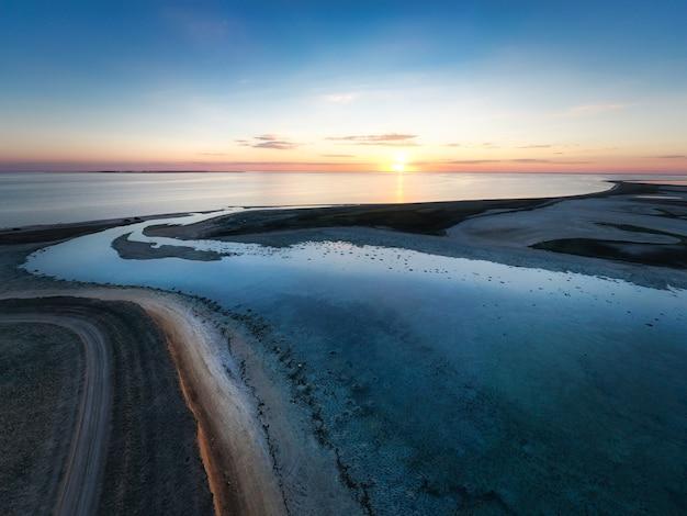 화려한 호수와 최고 전망의 특이한 섬 프리미엄 사진
