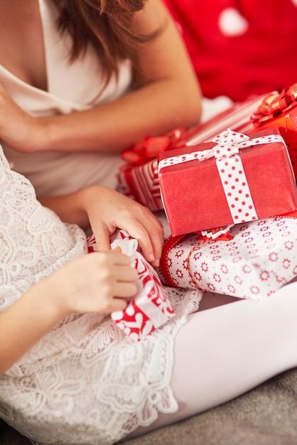 Scartare i regali di natale è molto eccitante Foto Gratuite