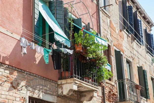 イタリアのベネチアの建物の1つで表される上部の円またはバルコニー Premium写真
