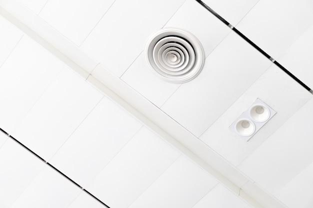 Белый потолок с неоновыми лампочками в uprisen view.as background interior Premium Фотографии