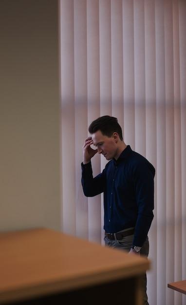 Расстроенный человек, стоящий с рукой на лбу Бесплатные Фотографии