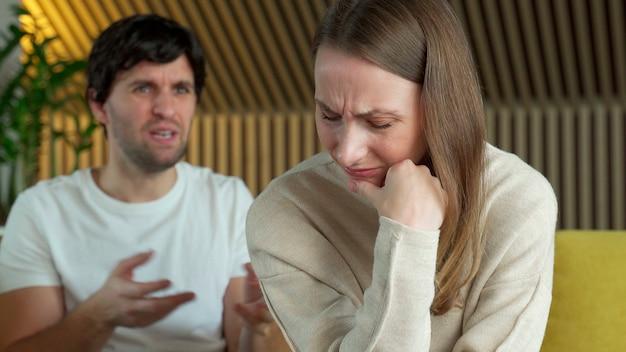 動揺した沈黙の妻と猛烈な論争の男が話している。 Premium写真