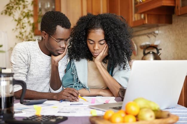 彼らは新しい車を買う余裕がないので不満を感じている動揺の若いアフリカ系アメリカ人のカップル 無料写真