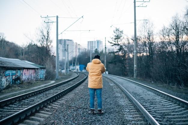 도시 탐험가가 철로 사진을 찍습니다. 무료 사진