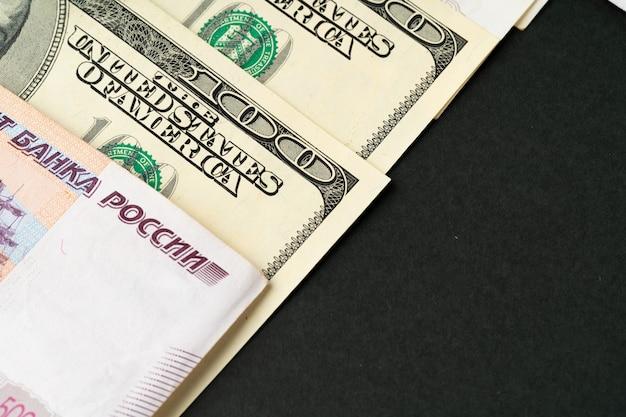米ドルとロシアのルーブル紙幣をクローズアップ Premium写真
