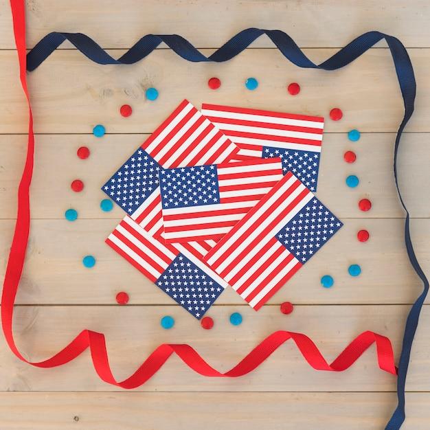 Bandiere degli stati uniti e serpentina festiva Foto Gratuite