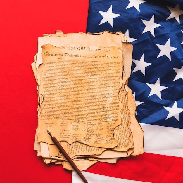 Концепция независимости сша в сша со старым объявлением и флагом us Бесплатные Фотографии