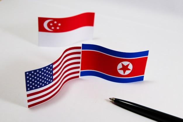 Сша и северная корея с назначением встреч на флажках в сингапуре для сокращения ядерных разработок Premium Фотографии