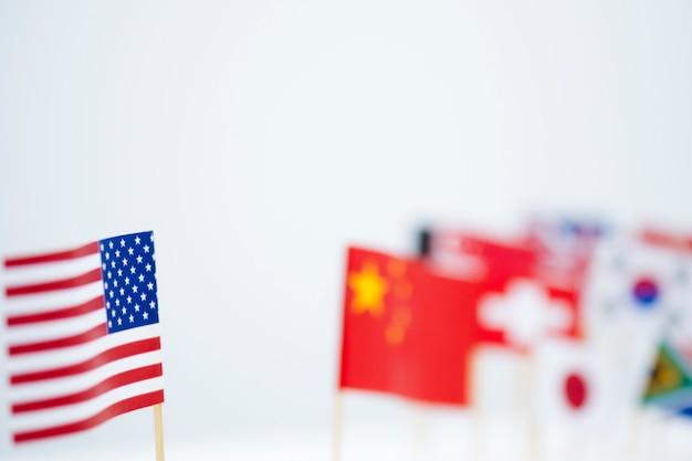 Сша китай и флаги нескольких стран. это символ первой в америке политики и тарифной торговой войны. Premium Фотографии