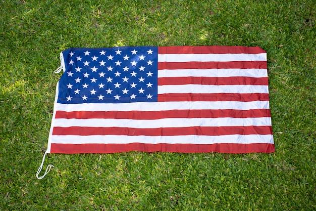 Bandiera usa su erba Foto Gratuite