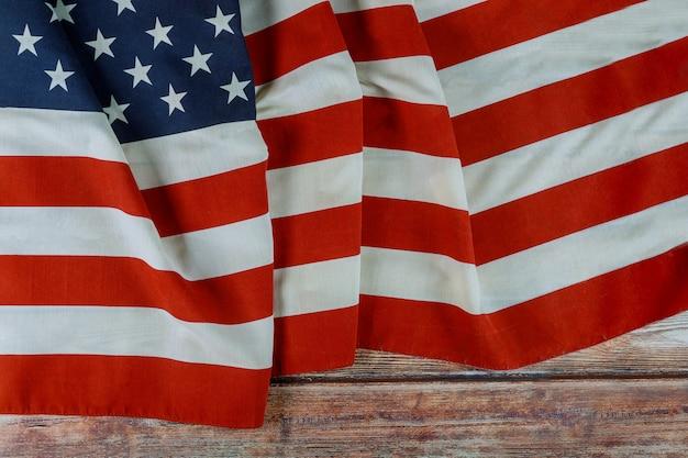 Сша национальные праздники день поминовения американский флаг на деревянном фоне Premium Фотографии
