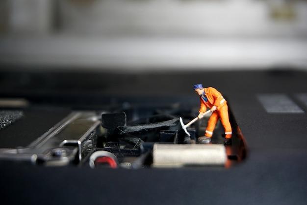 Техник работник фигура, стоя на старых флэш-накопитель usb. концепция поддержки ит. Premium Фотографии