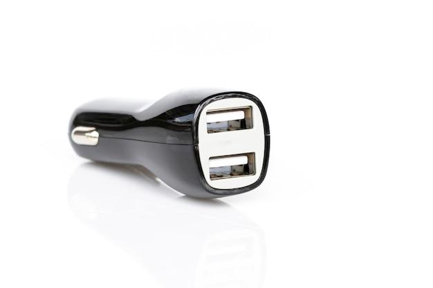 Изображение черного автомобильного зарядного устройства usb изолирован на белом Premium Фотографии