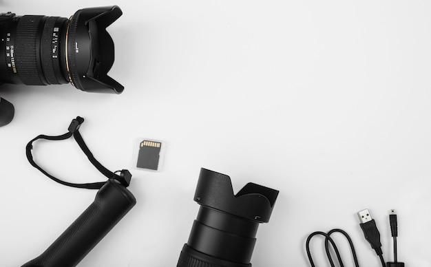 白い背景にカメラレンズとメモリカードを備えたusbケーブルコネクタコード 無料写真