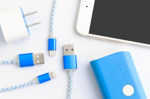 上面図のスマートフォンとタブレット用のusb充電ケーブル Premium写真