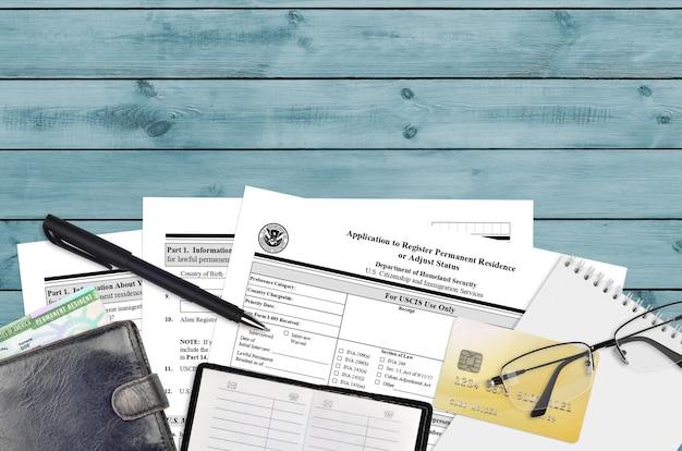 Uscis форма i-485 заявка на регистрацию постоянного проживания или корректировку статуса Premium Фотографии