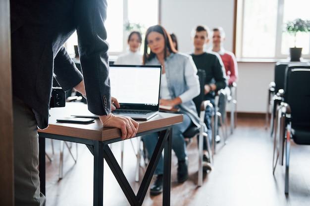 Utilizzando laptop. gruppo di persone alla conferenza di lavoro in aula moderna durante il giorno Foto Gratuite