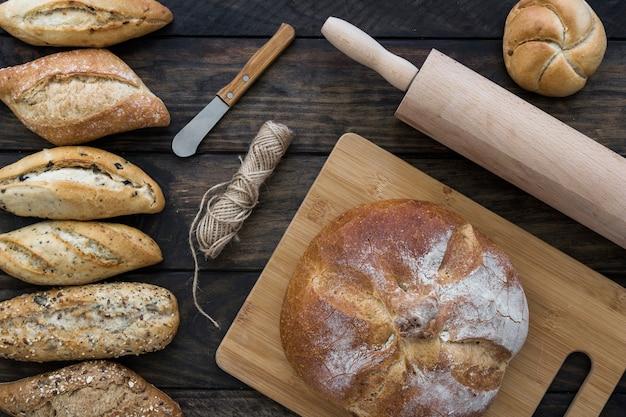 Utensili e corda vicino al pane Foto Gratuite