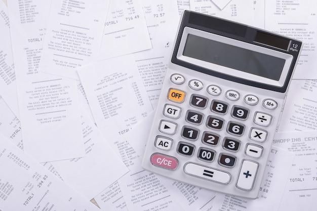 Счет за коммунальные услуги и калькулятор с карандашом. анализ финансовых данных. Premium Фотографии