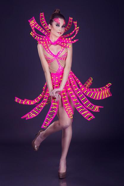 Uv衣装でセクシーな女性のディスコダンサーポーズ Premium写真