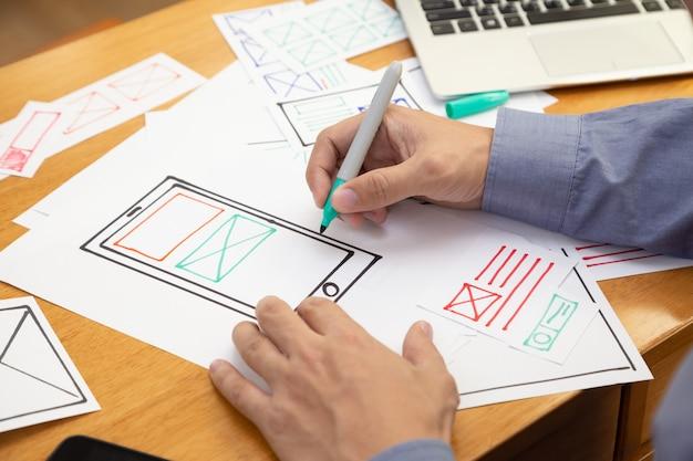 Ux графический дизайнер креативный эскиз и планирование прототипа каркаса для веб-мобильного телефона Premium Фотографии