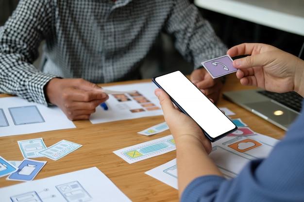 Пользовательский опыт ux дизайнер веб-дизайна на макете смартфона. Premium Фотографии