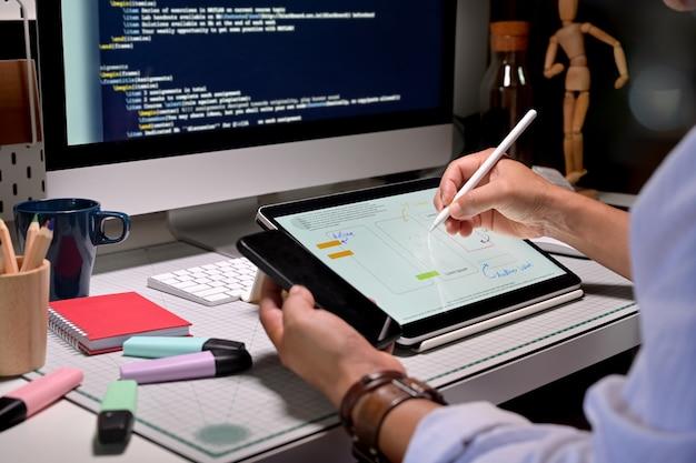 モバイルデザイナー向けのuxデザイナーのクリエイティブスケッチプランニングアプリケーション開発 Premium写真