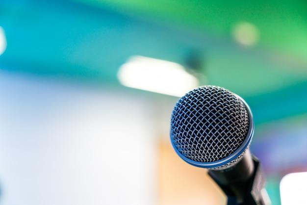 Черный микрофон в конференц-зале (фильтрованное изображение обработано v Бесплатные Фотографии