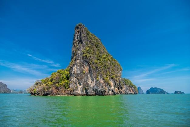 Отдых в таиланде. вид на скалы, море, пляж из пещеры. Бесплатные Фотографии