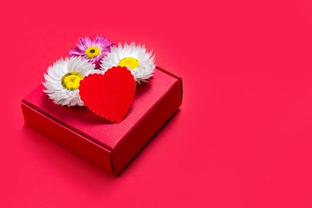 Подарочная коробка на день святого валентина на красном фоне Premium Фотографии
