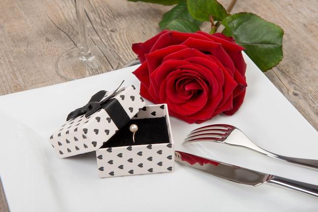 День святого валентина подарок на тарелке Premium Фотографии
